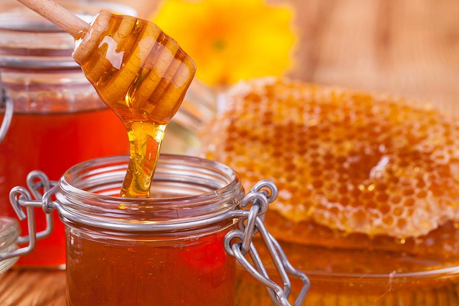 تحقیقات نشان میدهد که عسل میتواند به کاهش سرفه و سرماخوردگی در زمستان کمک کند